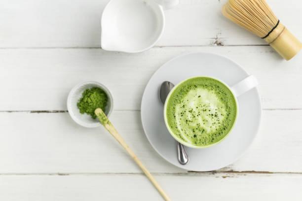 抹茶拿鐵Matcha Latte做法,用2g抹茶粉用75ml熱水沖開攪拌,以100ml熱牛奶打成奶泡