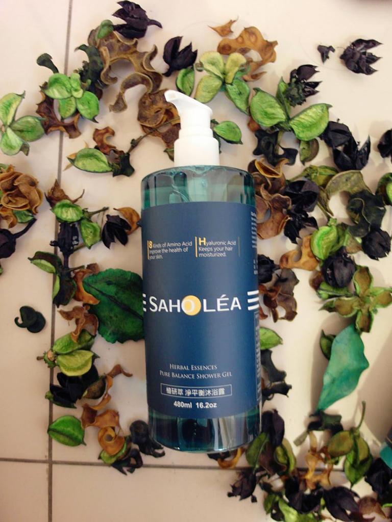 這一瓶富含了8種天然胺基酸成分跟植物洋甘菊萃取  可以溫和洗淨身體的髒污  同時洋甘菊成分也具有舒緩、安撫調理肌膚的作用  另外還添加了珍珠蛋白跟玻尿酸,讓洗後的肌膚柔嫩淨亮保濕  這款不含人工色素、雌激素、化學物質  弱酸性的溫和PH值就連敏感肌也適用喔!
