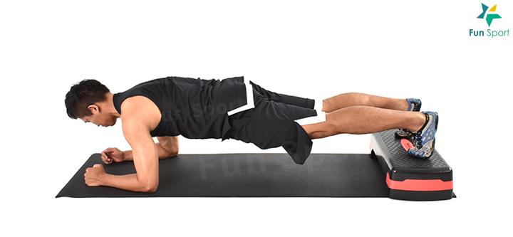小叮嚀:雖然鍛鍊多關節動作,能夠促進核心肌群的參與,不過考量居家訓 練的強度可能不高,特此利用棒式來強化核心肌群。