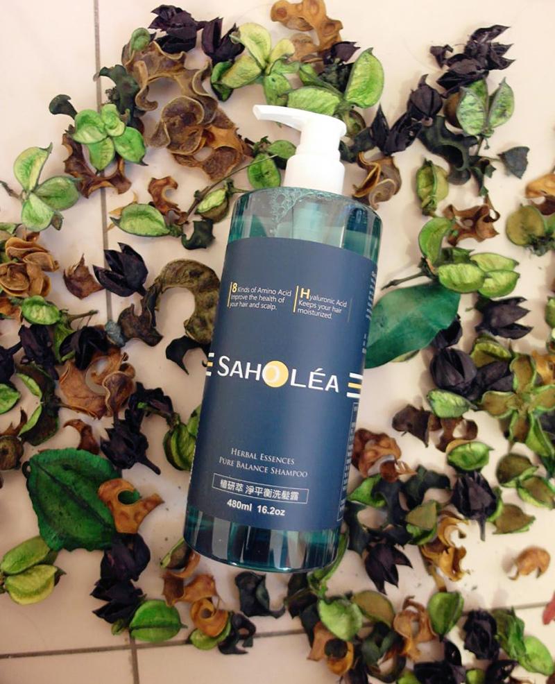 同系列的洗髮露味道也是植物草本香水味喔💜  前味:百里香、薰衣草  中味:柑橘、檸檬、玫瑰  後味:雪松  味道很清新舒服  它一樣也是富含8種胺基酸來修護毛躁粗糙髮尾  強健髮絲,預防頭髮斷裂  還有添加洋甘菊萃取跟玻尿酸、珍珠蛋白、橄欖果油  可以加強保濕、調理頭皮的油份跟水分  舒緩頭皮出油造成頭髮扁塌的問題  頭髮能夠重現自然光澤柔順  讓頭髮維持在最佳狀態  一般/油性頭皮適用