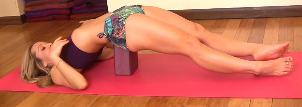 橋式練習,有支撐的運動方式,瑜珈磚提供橋式有支撐,對一些下背無法懸空的人來說,瑜珈磚是非常有幫助的。