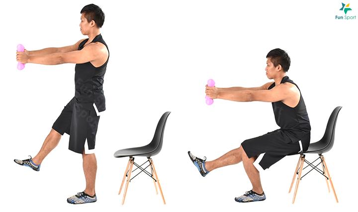 若想加強單腳的力量,以下提供幾個比較好入門的動作,也增加一點豐富性, 每週2~3 次,可進行2 週,組間休息2 分鐘。 一 單腳蹲-1 Sport Menu-7 炸大腿燃脂餐A 強化單邊下肢菜單 1. 雙手持啞鈴,單腳( 支撐腳) 站立。 2. 單腳屈膝臀部向後往椅子上坐,同時將雙手舉向支撐腳的方向。 3. 臀部輕輕點到坐椅即可站起,此為一下,每邊執行3 組6 下。 ※ 鍛鍊功效:利用啞鈴擺向支撐腳提升穩定性,強化單腳蹲的能力。 ※ 小叮嚀:啞鈴挑選較輕的重量,目的只是平衡;動作過程身體挺直,膝蓋 對齊腳趾,不內夾。