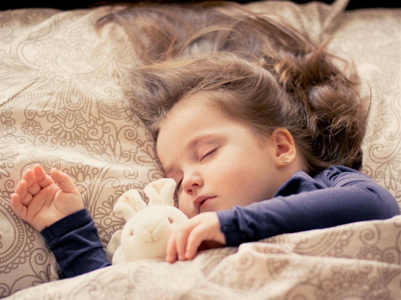 寶寶能否睡得香甜,床有一定的作用 其實,床墊才是兒童最親近,接觸時間最長的家居用品,優質的睡眠對孩子的發育有著至關重要的作用,而寶寶能否睡得香甜,床是有一定的作用的。 如果你覺得孩子只要能睡著就行,那麼你的錯誤就大了。 兒童的身體處於高速發育的狀態,這點很多家長都知道,兒童也是一生中新陳代謝以及骨骼發育最快的階段,如果這段時間不注重孩子的睡眠姿勢以及睡眠狀態,那麼會給孩子的一生造成不可恢復的影響。因此,兒童床墊的選購需認真謹慎。