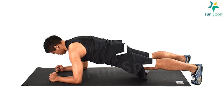 ‧ 棒式 1. 一開始雙手與肩同寬手肘撐地,手肘在肩膀正下方,重心放在前臂。 2. 收下巴,讓身體從頭到腳呈一直線。 3. 臀部繃緊,腹部核心用力,保持呼吸。 4. 起始可以鍛鍊迅速繃緊啟動,然後維持姿勢30 秒,執行3 組。