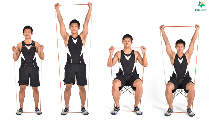 ‧ 彈力帶肩推 1. 立姿雙腳踩住彈力帶,雙手將彈力帶拉至鎖骨附近。 2. 膝蓋微彎,核心繃緊,身體保持挺直,將彈力帶上舉過頭。 3. 手臂完全伸直在耳朵兩側,再慢慢放回起始位置,可做3 組,每組12 下。