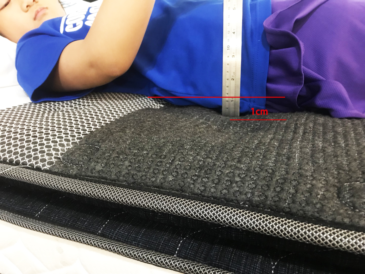 測試床墊時,讓兒童躺上墊後,床墊被壓下去的凹陷為1厘米左右就是最理想的狀態了。