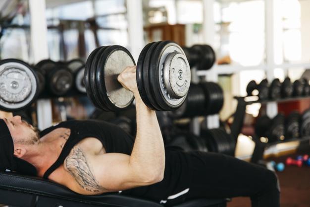 胸肌訓練日,是先做啞鈴上斜臥推還是先做普通臥推?