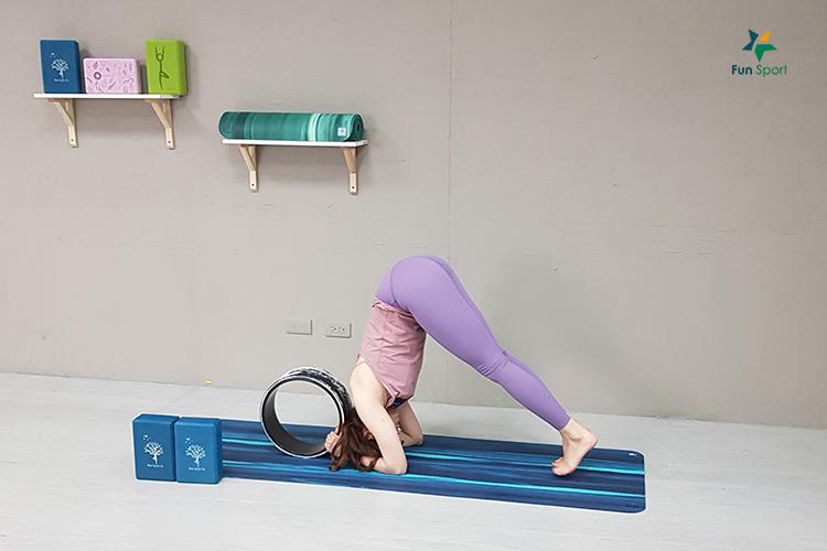 依芙特-雲彩專業瑜珈輪-練倒立,試試瑜珈輪!Ling老師帶你倒立看世界