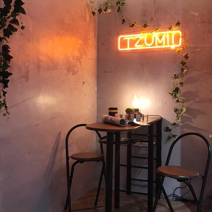 低調沉穩的工業風吧檯,利用了水泥風的牆面再飾以藤蔓植物及LED燈條,形成網美打卡拍照新景點。