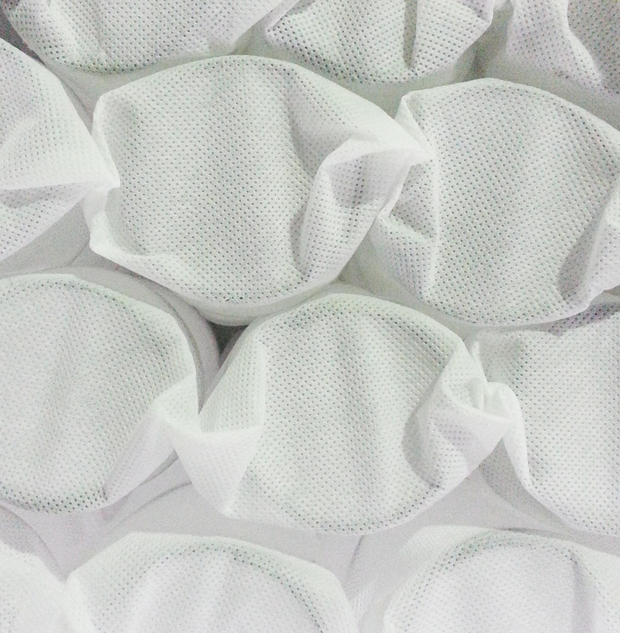 為了讓床墊牢固而富有彈性,【頑皮男孩】深眠床墊,採用了蜂巢式獨立筒設計,彈簧之間的排列密度多它款20%,在牢固支撐度及脊椎服貼度上都優於其他獨立筒彈簧,對於孩子的骨骼發育很有幫助。