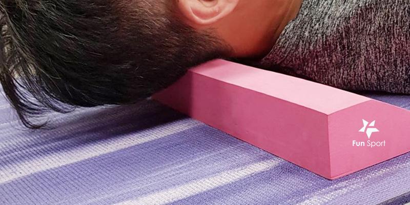 三角斜板放置在後頸部,讓邊角的地方剛好卡在風池穴附近,然後左右轉頭,即可舒緩後頸部筋膜