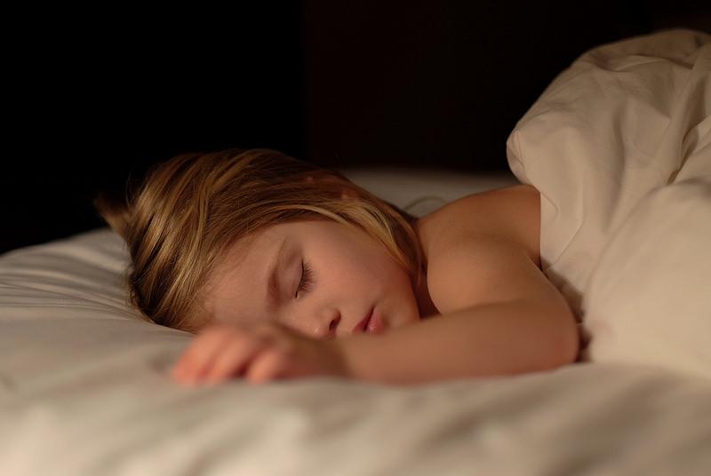 選兒童床墊 要注意尺寸和軟硬 家長在選購兒童床墊的時候一定要考慮小孩的睡眠習慣,一般在給小孩選購兒童床墊的時候儘量的選擇稍微大一點的兒童床墊,因為小孩在睡覺的時候喜歡在床上亂動。小孩子在生長發育時期骨骼生長發育還未完全定形,在兒童床墊選擇儘量習慣軟硬適中的床墊,可以保持兒童在睡覺時睡姿端正,防止脊椎等彎曲。