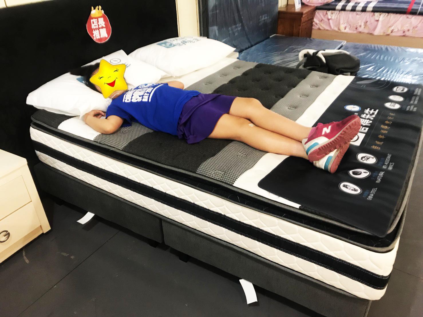 0-12歲兒童床墊要柔軟 牢固而富有彈性 一般選擇兒童床墊都得遵循一個原則,那就是要軟硬適中。  對於0-12歲的兒童來說,最適合床墊應該是由柔軟的上、下層和結實、牢固而富有彈性的中間層組成。