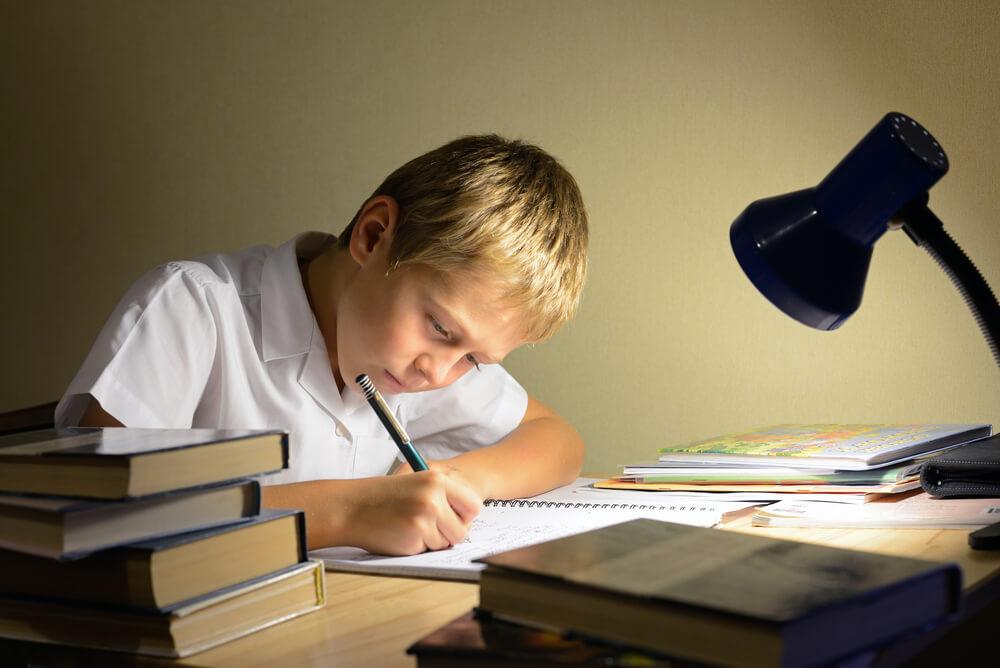 孩子讀書時應使用兒童護眼檯燈