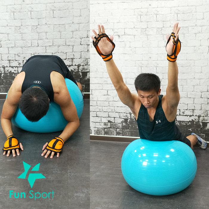 負重手套練背:球上下背伸展變化型
