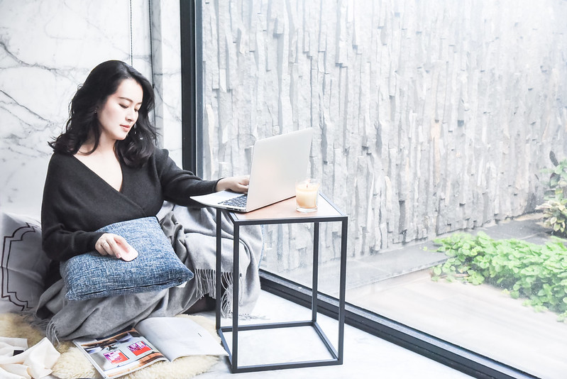 yamazaki客廳方形邊桌,簡約線條、木紋設計適用於任何空間!物品順手好拿、又能隨處置放。  方形設計好穩固、輕巧體積好移動,想放哪就放哪!快放上「tower時尚方形邊桌」,打造獨樹一格的時尚空間!