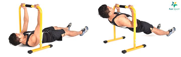 反手肢體划船 1. 反手抓握跨欄,與肩同寬。 2. 肩胛骨往後收緊,將胸部拉近跨欄。 3. 動作過程身體從頭到腳呈一直線。 4. 再慢慢回到起始姿勢,反覆進行12 下,4 組。 二