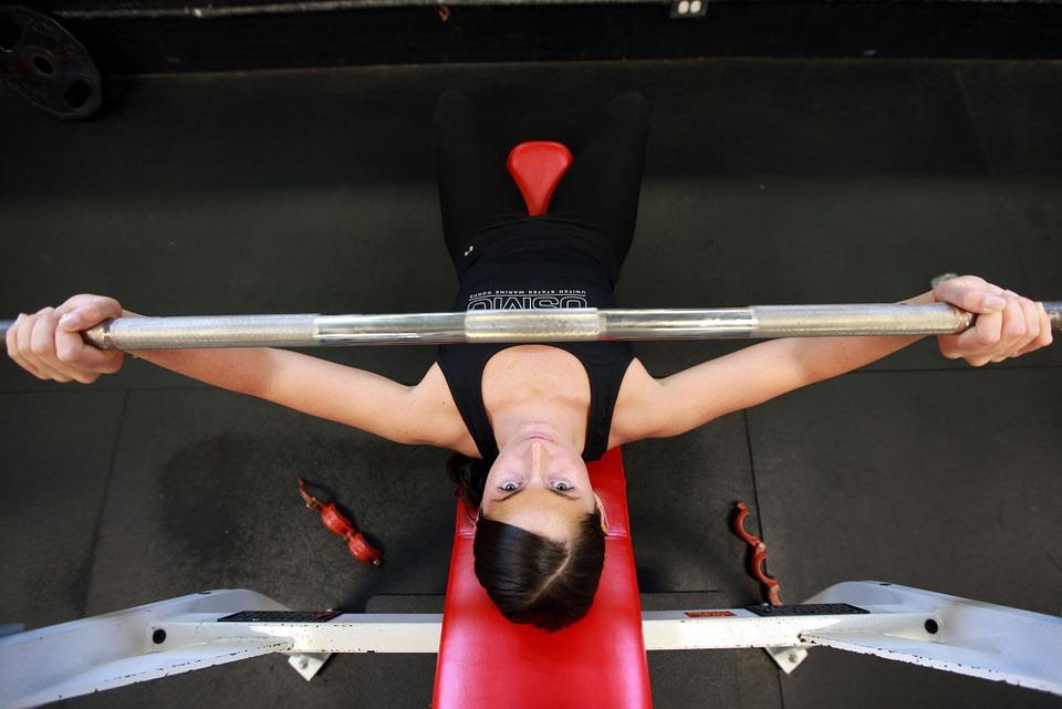 健身房的重量訓練來達到維持身體的體態