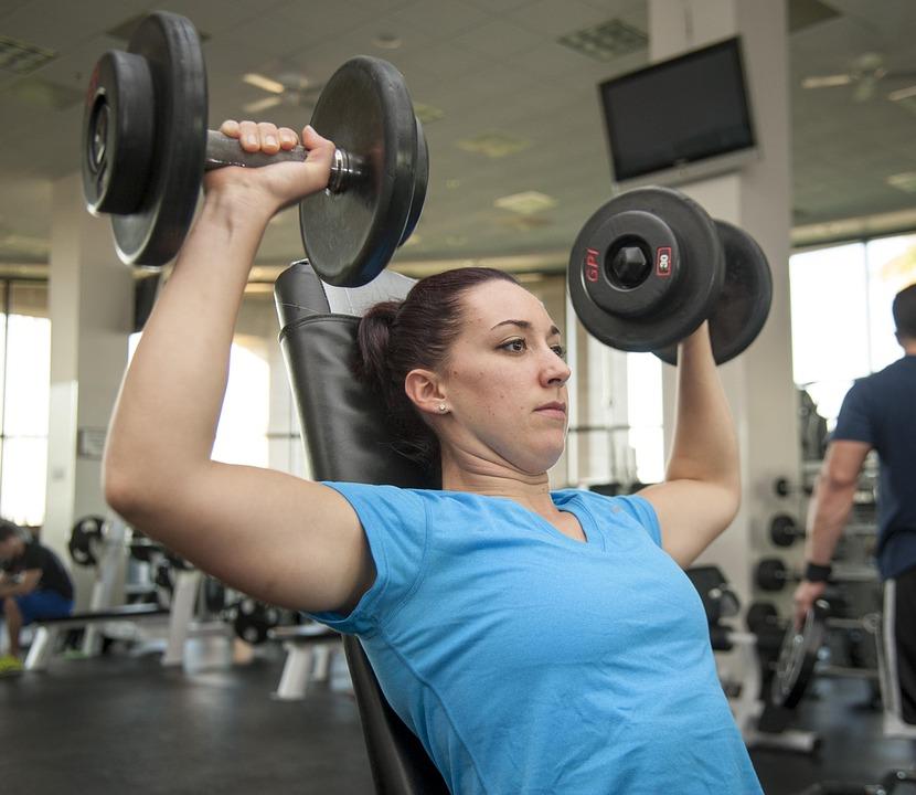 啞鈴、彈力帶,寫下要練習的動作順序,每個動作做10-15下休息,重複2-3次,一週做個3次,增加次數或是啞鈴重量強度等,依照個人情況來調整