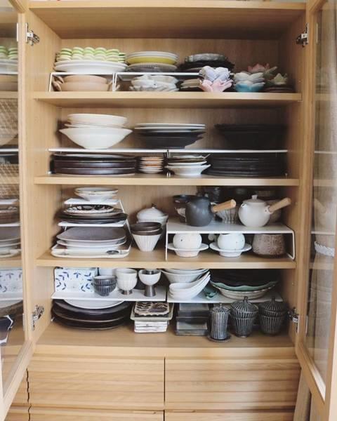 作家的手作陶作品,每個形狀不一,很難也不好重疊收納, 利用層架分出空間,再用盤型分類法分別