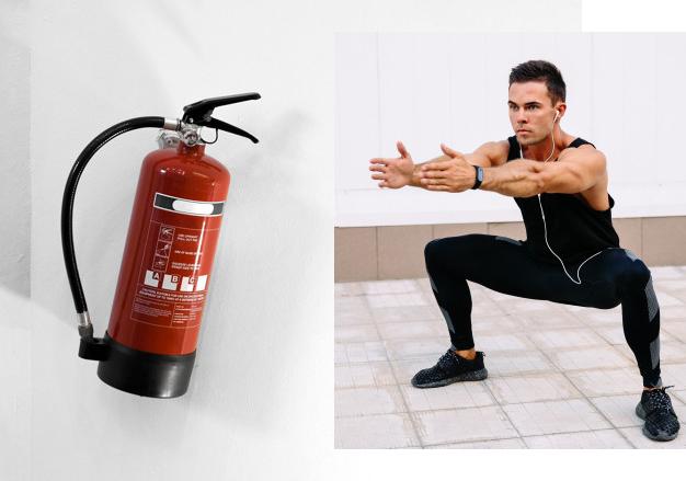 抱著滅火器深蹲、把滅火器高舉過頭練上推、左右手各一個滅火器左右彎腰練肌肉等,都是教練的生活健身菜單。
