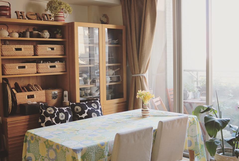 餐桌的後方為食器櫃,開放式櫥櫃選擇用竹籃來增加統一性,餐桌布置時會用到的餐墊,桌布等小道具則收納在竹籃中方便取得