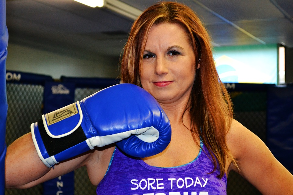 許多人著迷拳擊有氧、拳擊運動,為什麼?因為打擊運動,快節奏的揮拳下,身體會產生衝擊,快速的叫醒身體,加快身體的心肺能力。