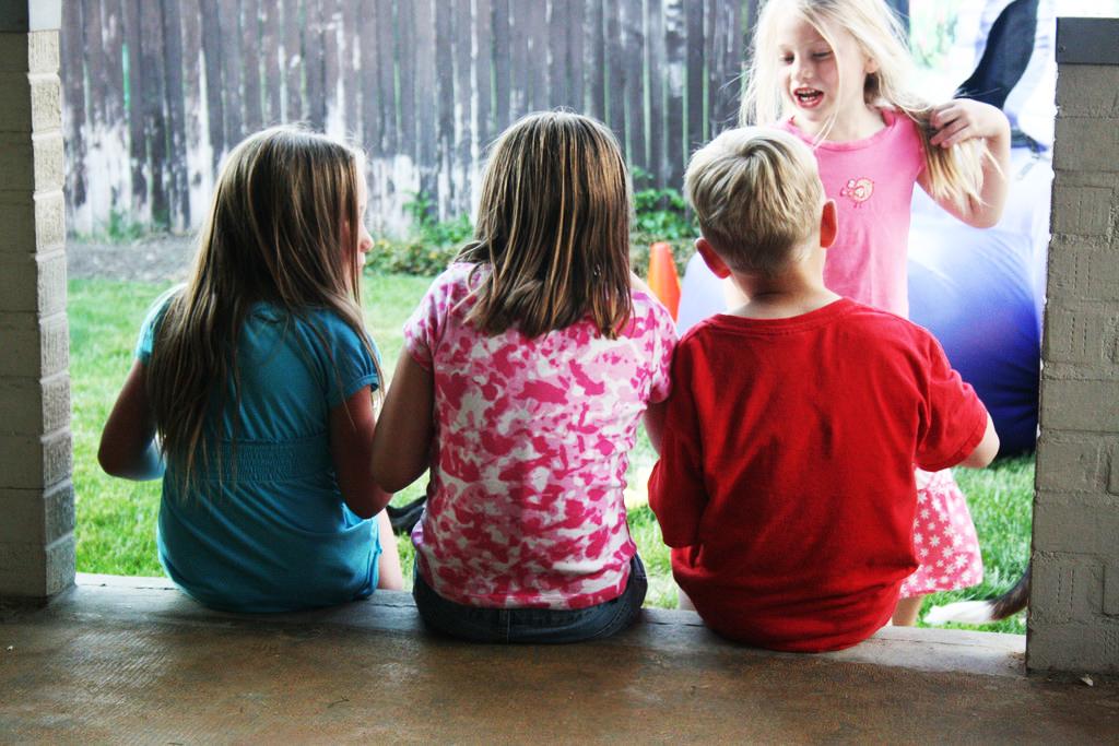 兒童床墊怎麼買?太硬太軟都不好!  兒童床墊是指科學的根據兒童骨骼發育特點,針對兒童不斷成長的「S」型脊椎,分為1-7歲、8-10歲、11-13歲、14-18歲四個成長階段進行有效支撐,對兒童在成長期生長快、易變形的脊椎起到有效輔助及矯正,是適合兒童成長需求的床墊。  兒童床墊太軟 容易造成兒童駝背 兒童床墊的的選擇直接會影響孩子的生長發育。床墊太軟,容易坍陷,不易翻身;兼之小孩子的骨骼正在成長,因為一天三分之一的時間都是在床上度過的,如果脊柱因為床墊的原因長時間處於蜷縮的狀態或者彎曲的形狀,那麼時間一長,孩子就會出現駝背的現象,而且生長發育非常的慢,導致發育不良的現象發生,不是營養出現問題,罪魁禍首就是床墊。