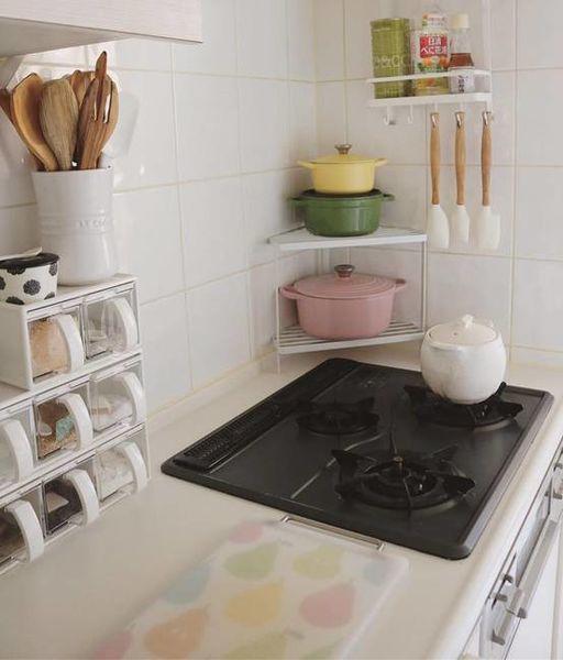 廚房的轉角架可放置鑄鐵鍋子,非常剛好又好看呢!